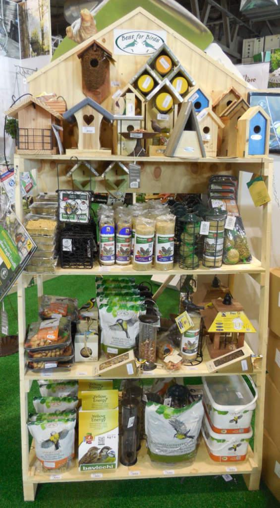 Assortimento di prodotti per gli uccellini