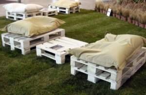ecosostenibilità; pallet come divani e tavolini